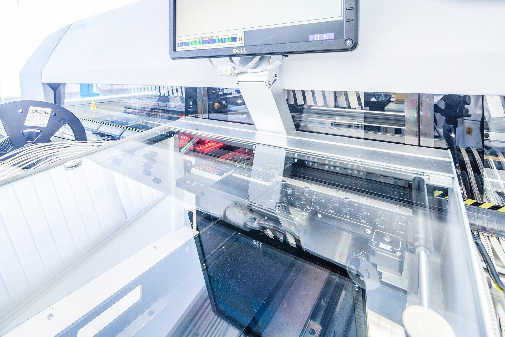 Ein Hochleistungsbestueckungsautomat fertigt bei gleichbleibend hoher Qualität Großserien, Prototypen und Kleinserien