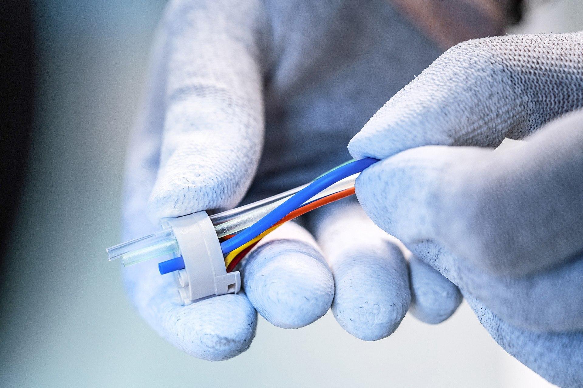 Eine Kappe wird an Kabeln aufgesteckt und montiert