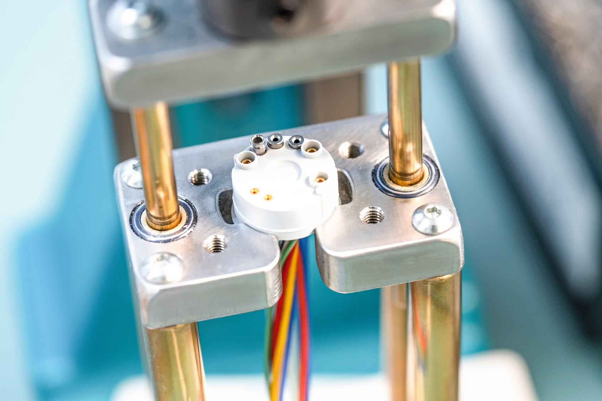 Sensorschlauch wird aufgezogen und gepresst