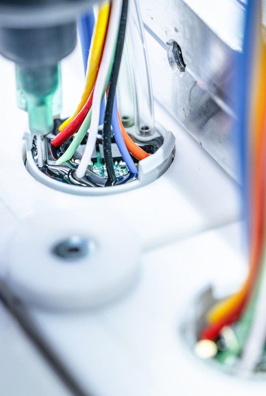 Bunte Kabel als Bestandteil eines Sensorschlauches. Dieser wird versiegelt