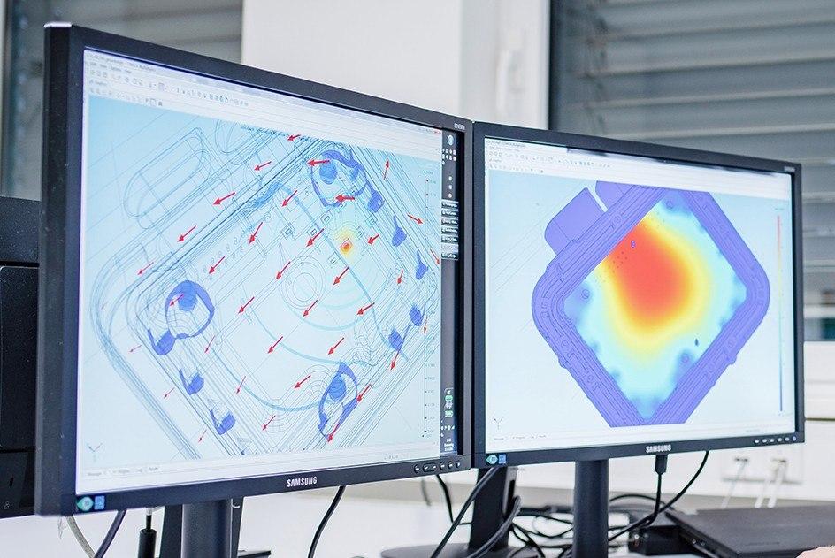 Zwei Monitore, auf denen eine Simulation eines Produktes von Control Motion Electronics läuft
